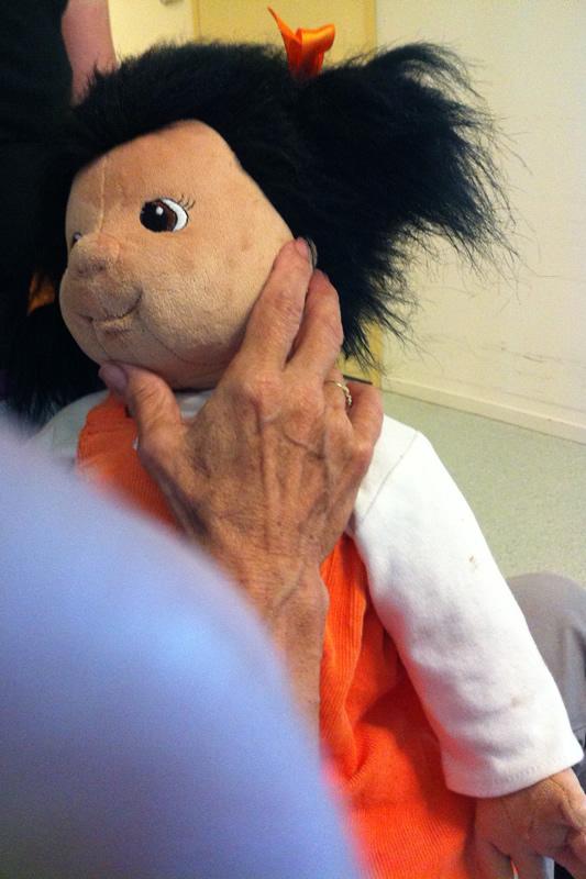 demente vrouw met pop