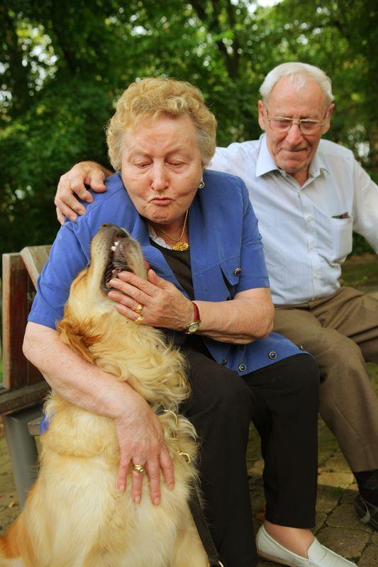 twee mensen met hond
