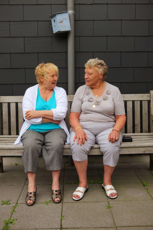 twee vrouwen op een bankje